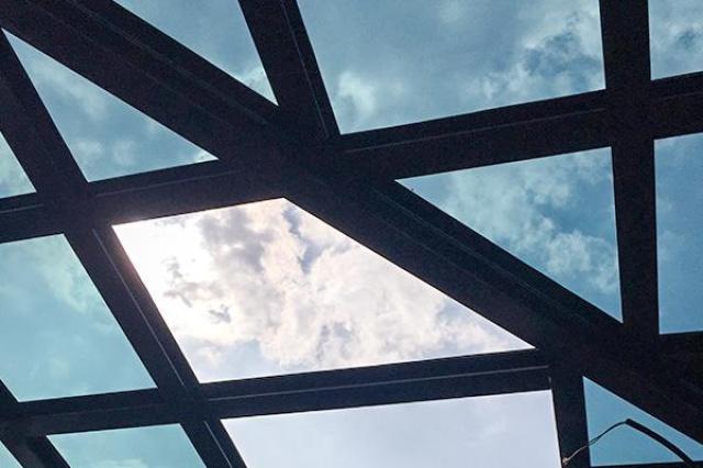 近來氣候異常,夏天越來越熱,冬天越來越冷,玻璃屋的玻璃選擇很重要。