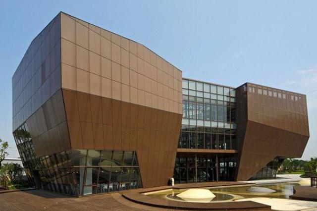 大面積的玻璃帷幕設計,使得陽光直接穿透進入一樓咖啡...