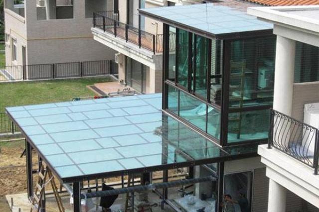 揚昇山莊二層樓玻璃屋使用 Heat Mirror®...