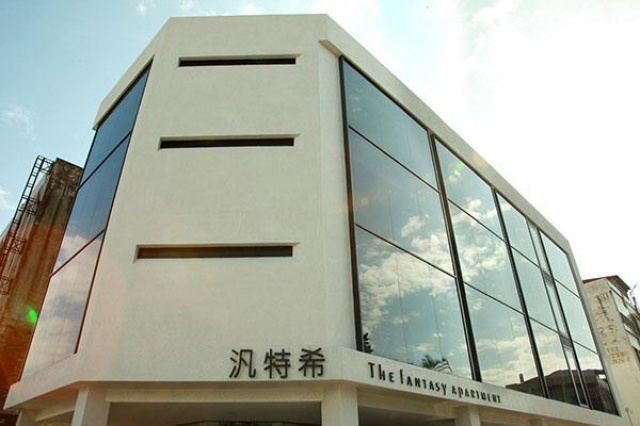 飯店般的巍峨外觀建築大量採用純淨的白與沉穩的黑,搭...