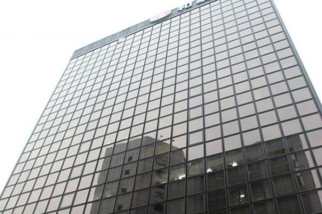 盤谷銀行已使用27年,外牆玻璃因受日照及氧化影響...