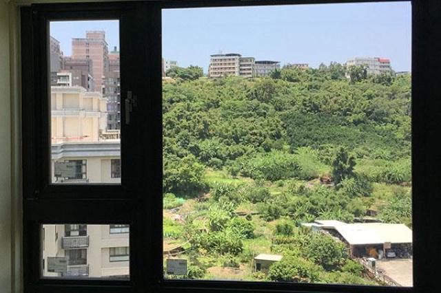 臥室有大面積景觀窗,躺著就能眺望風景原本是享受,直...