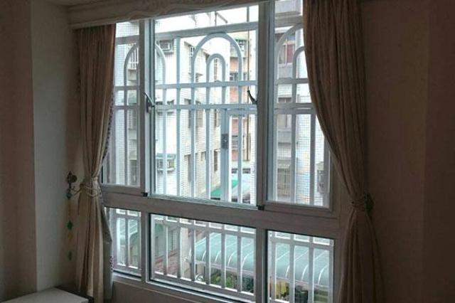 位於龜山的一棟透天別墅裡,屋主的房間因為潮濕,玻璃...