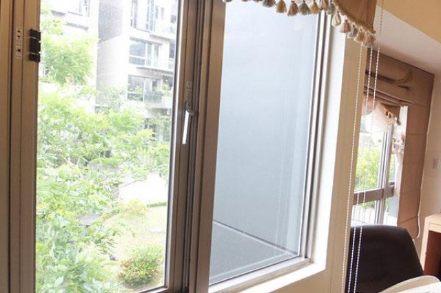 主臥室有大片面積的玻璃窗,每天一早都會給熱醒,影響...