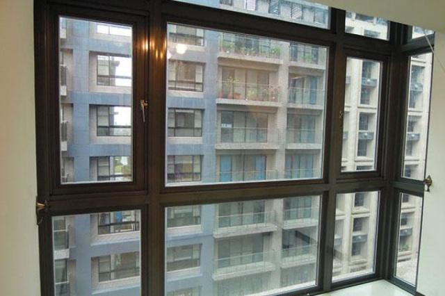 主臥室面向馬路是一整面的玻璃窗,購屋的時候,覺得這...
