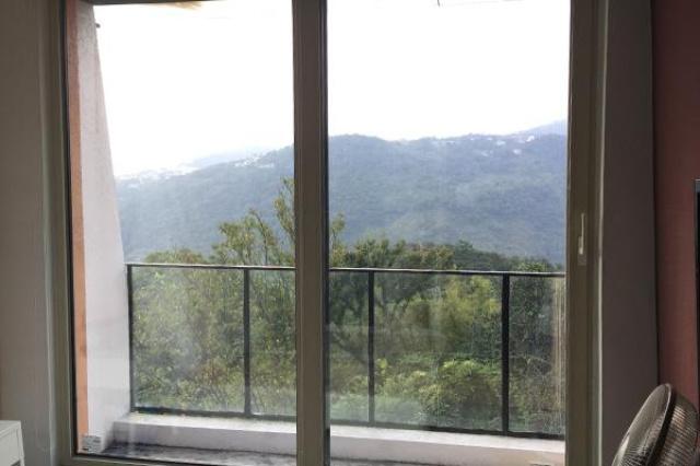 陽光從臥室的景觀窗直射,室內的溫度也整個飆升了起來。