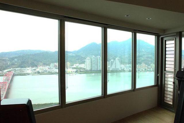 坐在窗邊遠眺淡水河美景,悠閒地啜飲著下午茶,如此美...