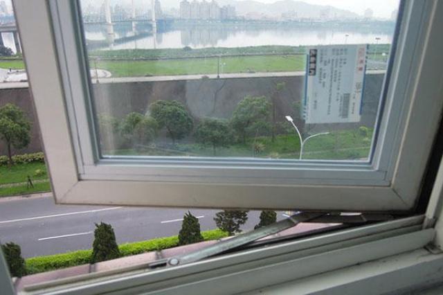 居住在都市裡,窗外就能享受到溪水流過的美景,是當時...