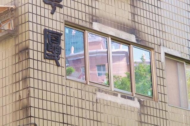 才剛剛裝潢完就發現自己後悔了,沒想到保留大面窗才發...