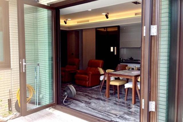 最初建商設計在別墅頂樓採用一片大型固定玻璃